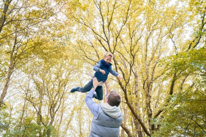Familienfotos Hemburg im Herbst, Vater tobt mit Sohn