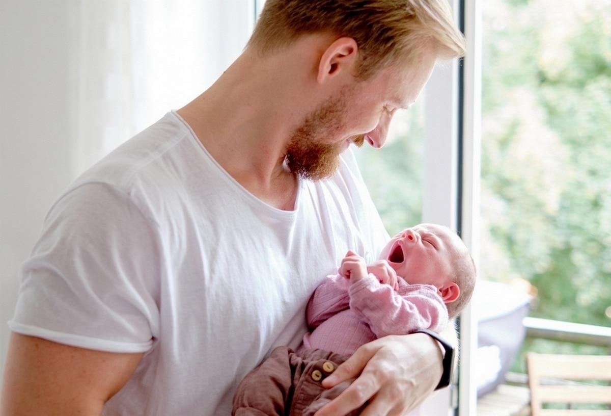 natürliche babyfotos hamburg baby mit papa