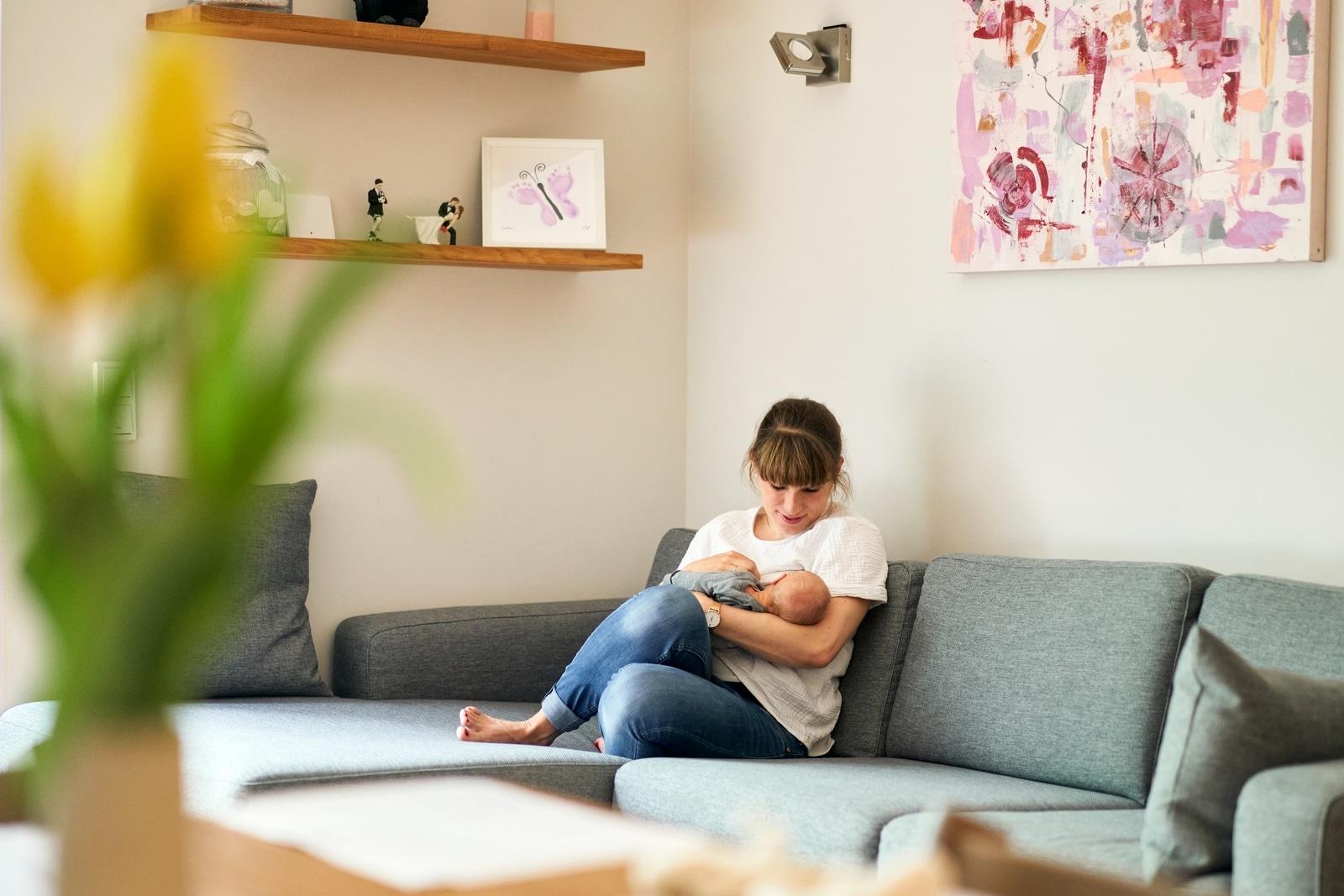 Babyfotos hamburg mit Mama stillen zuhause